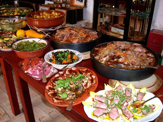 BUFFET Food Amounts for 100 - 150 people ~ The following chart is meant as a guideline to help you create your buffet with as little stress as possible.  You know your guests best and can increase or decrease the amount of food slightly to suit the occasion. This can be used as a guide for a Wedding Menu.