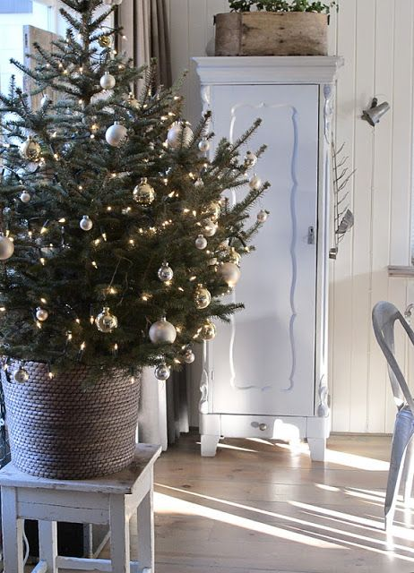 basket xmas tree. Love this idea and love the simpleness of the ornaments.