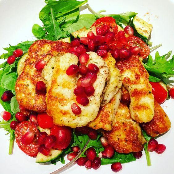 Halloumi & Pomegranate Salad - tomato  - courgette - halloumi - pomegranate  - leafy greens     @kerje6