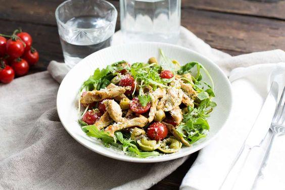 Recept voor tortellini voor 4 personen. Met olijfolie, peper, tortellini (pasta), cherrytomaat, kipfilet, rucola, balsamico azijn, oude kaas, groene olijven en groene pesto