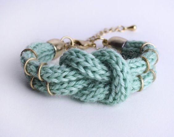 Knitted DoubleKnotBracelet in mint von ChezKristel auf Etsy, $17,00