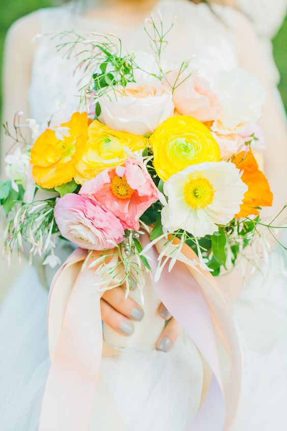 yellow, pink, and orange bouquet | Photography: Avec Lamour Photography - www.aveclamourphotography.com