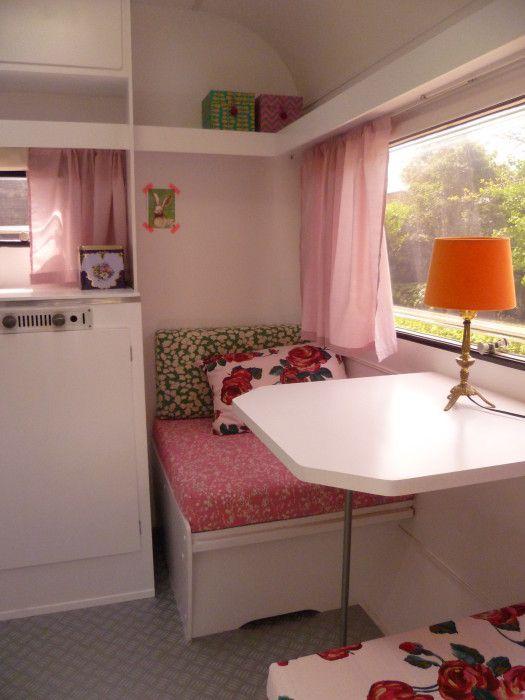 in de hippe kip int rieur blanc et tissus de couleurs. Black Bedroom Furniture Sets. Home Design Ideas