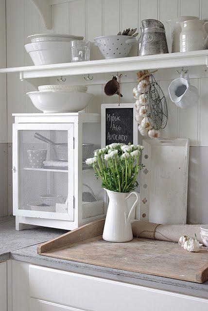 Simple white kitchen style