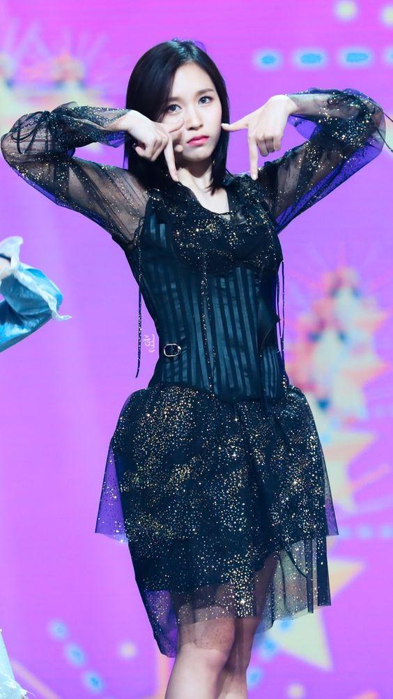 TWICEのメンバー・ミナの黒い衣装