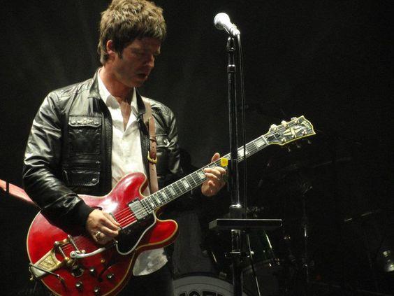 El cantante británico  ejecutó Little by Little e hizo delirar al público paraguayo con su guitarra roja.
