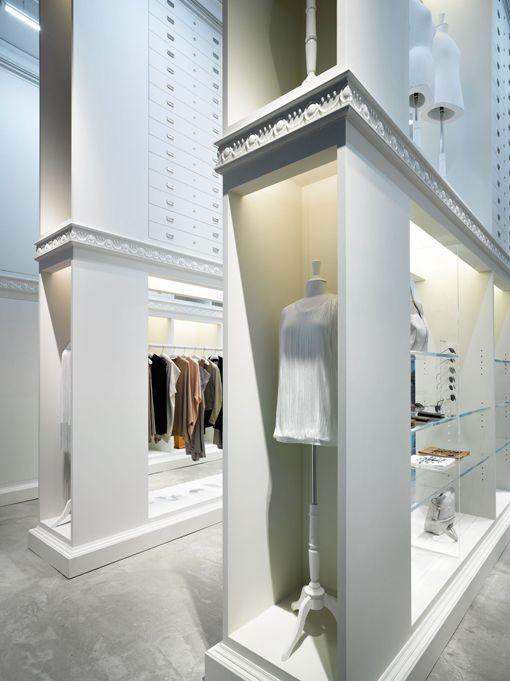 Es bonito como a través de estructuras como podrían ser de fachadas, va formando los pasillos de la tienda. Alberto Soto  Retail Design | Shop Design | Fashion Store Interior Fashion Shops | maison martin margiela store opening