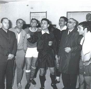 Un des évènements de l'histoire de l'OL en coupe de France, le tirage au sort pour savoir qui de Lyon ou Angouleme jouera la finale de la coupe de France 1967 apres 3 matchs nuls.C'est dans le sous-sol du stade vélodrome de Marseille qu'a lieu ce tirage. La pièce de 5 Frs lancée par Mr Vigliani retombe coté pile, choisi par Fleury Di Nallo, l'OL est en finale.