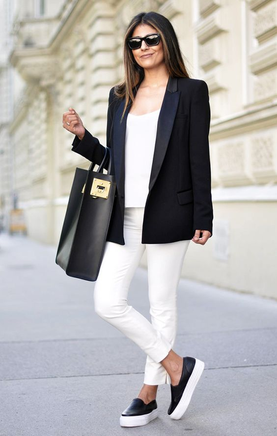 Total white look con blazer negro.