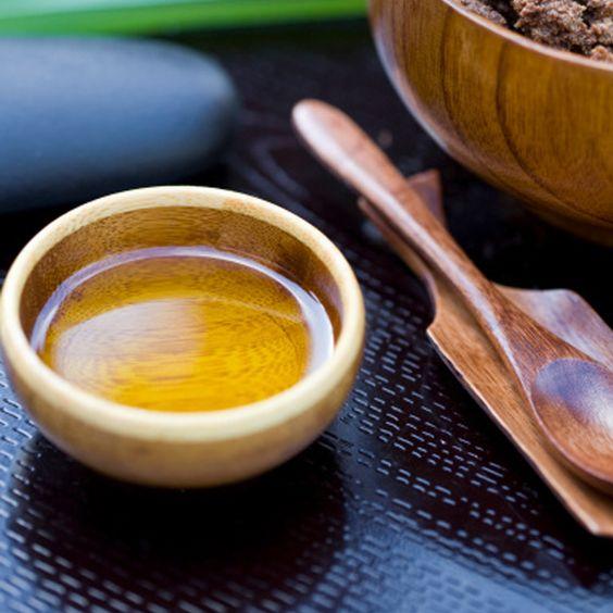 Pour hydrater et nourrir les cheveux secs, jolie-mômes conseille également un shampoing composé de - 25 cl d'eau distillée - 25 cl de savon de Castille (réputé pour ses propriétés hydratantes) - 25 cl d'Aloe Vera - une cuillère à café de glycérine - 25 cl d'huile de jojoba.