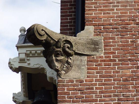 Geitenkop van Egidius Everaerts op de gevel van Huis Heyendaal.