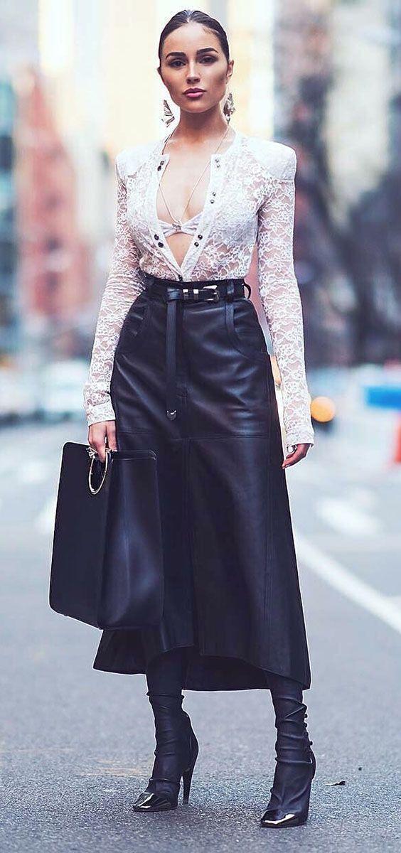 Dupla estilosa: saia midi + bota. Olivia Culpo, lingerie aparente, camisa de renda com botões abertos, saia de couro midi, cinto preto western, sock boot over the knee