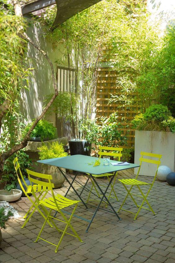 Mobilier de jardin dans les tons vert d'eau pour une ambiance naturelle
