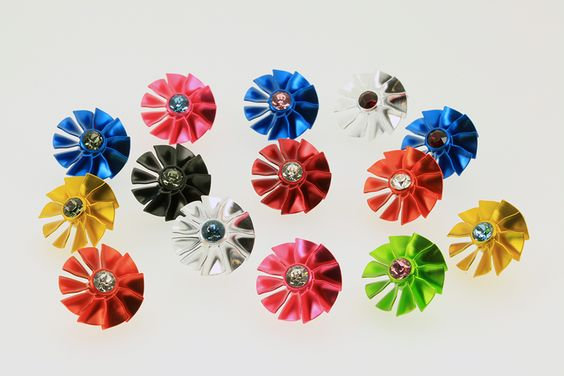 Crystal type pin badge.   Brillio stands for shining. Standard high quality machining with big gorgeous SWAROVSKI crystal.  クリスタル型ピンバッチ。イタリア語で輝きを意味する「ブリリオ」高品位な削り出しに大粒のスワロフスキーを採用したスタンダードモデル。
