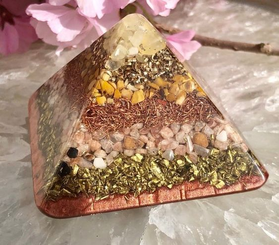 ***All orgone is posted FREE of charge with tracking provided. There will be NO extra customs or tax charges on my orgone*** This small Orgonite® pyramid is intended to encourage self confidence in those who are timid and shy. It is designed to instill strength and independence for those who do not