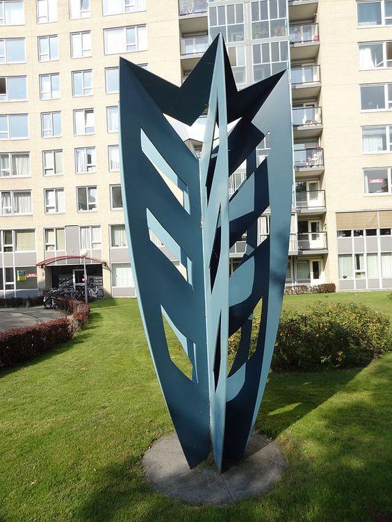 Sculptuur 'Boom van Dicky' van Dicky Brand voor het appartementencomplex 'Kronenburg State' op de hoek van de Kronenburgersingel en de Stieltjesstraat.