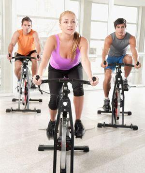 Sólo hay una manera de empezar el día: ¡#enforma! ¿Sabías que en una clase de spinning puedes lllegar a quemar más de 500 calorías? People on gym bikes