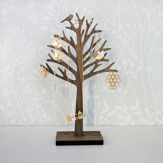He encontrado este interesante anuncio de Etsy en https://www.etsy.com/es/listing/171316796/bird-on-tree-jewelry-organizer-jewelry