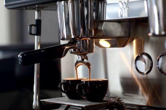 Kaffeetrinker leben länger – Laut einer Harvard-Studie senkt regelmäßiger Kaffeekonsum das Risiko von Herz-Kreislauf-Erkrankungen. Damit es noch besser schmeckt, gehört hochwertiger Edelstahl Rostfrei dank optimaler Hygiene, Geschmacksneutralität und Temperaturbeständigkeit ebenso zur Kaffeezubereitung wie die Bohne selbst. © WZV / WMF Group