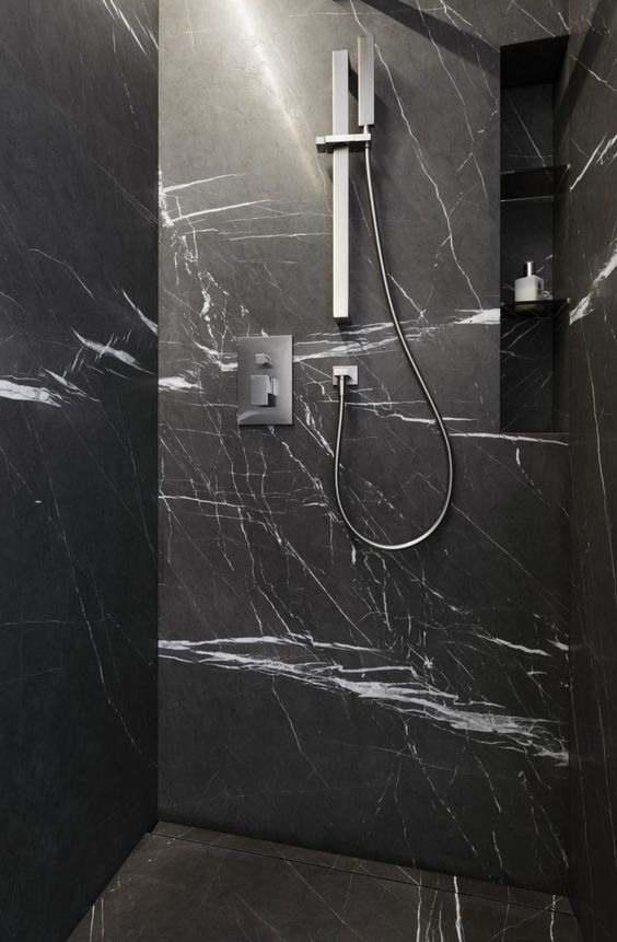 im gäste naturstein bad ist die dusche mit grossformatigen wand, Hause ideen