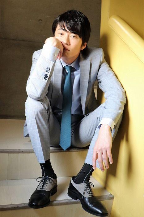 階段に座る田中圭