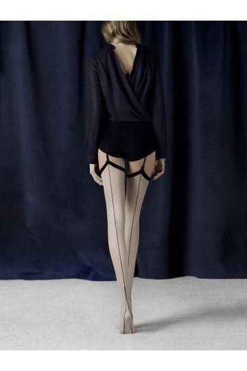Bas couleur lin avec ligne couture et motif décoratif. Aspect mat. Tailles 2 à 4. Pointes renforcées.