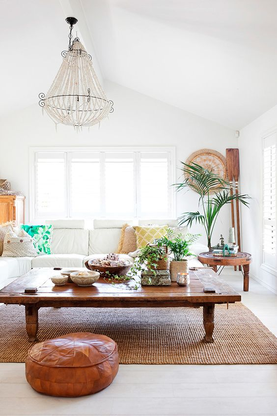 Salón blanco con muebles de madera de estilo étinoco y boho chic de la estilista Lela Lambert