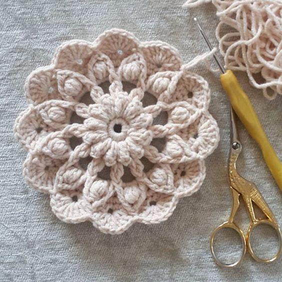 Hayat devam ediyor!!!! #crochê #crochetaddict #cushion #instacrochet #virkkaus #virkning #hakeln #hakeniship #goznuru #elemeği #ganchilloterapia #handmadeisbetter #hækle #hækling #craftastherapy