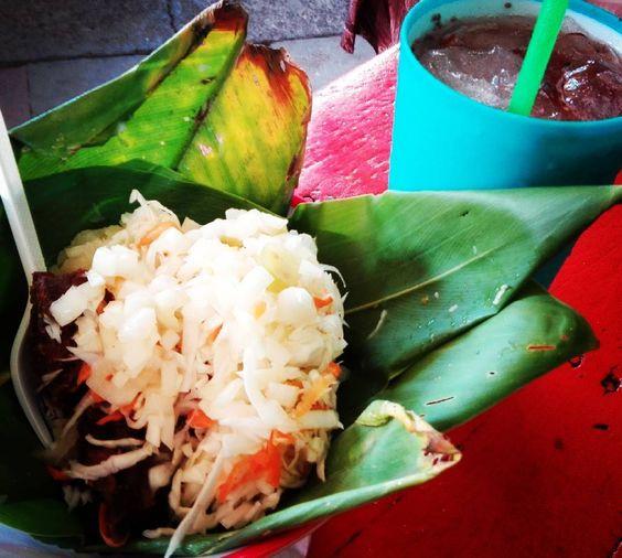 Vigoron y agua de Tamarindo con Chía #foodlover #gastronomia #cocina #nicaraguense #marketfood #mexicantraveler #viajeras #travelgram #foodporn #comidalocal #comidatipica #streetmarketfood #vigoron by alejaalcantar