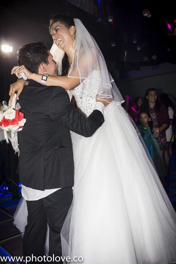 Tradición de arrojar el ramo por parte de la novia a las invitadas solteras.