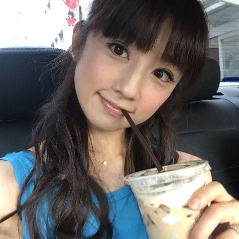 カフェオレを飲む小倉優子