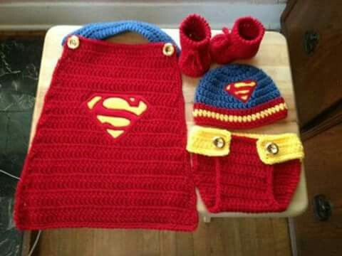 Conjunto de superman a crochet.