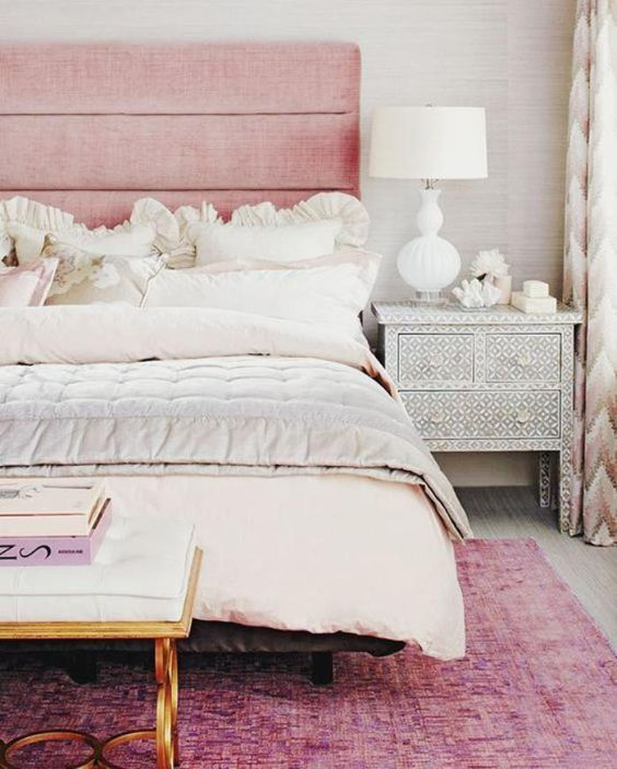 couleur rose poudré, chambre à coucher avec tapis rose et belle banquette de lit dorée