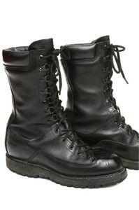Voici les chaussures préférées de Jérémy (les siennes deviennent un peu vieilles et il en aimerait une nouvelle paire). C'est des combats shoes US, Matterhorn modèle 1949. Il les aime avec 5 trous, puis 6 crochets, puis un trou au-dessus (seul moyen de vérifier que c'est le bon modèle). Il chausse du 10 (taille US) et 44-45 (taille belge). Il vaut mieux les acheter d'occasion car neuves elles coûtent 200 dollars.