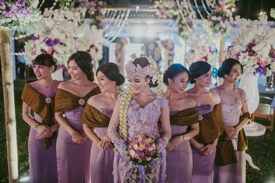Modern traditional bride & bridesmaids attire   71 Best Traditional Indonesian Wedding Moments   http://www.bridestory.com/blog/71-best-traditional-indonesian-wedding-moments