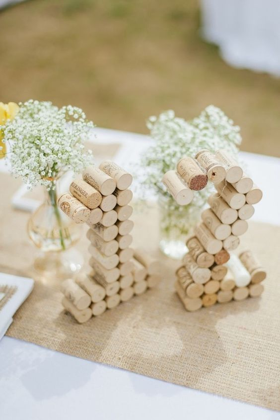 chemin de table en toile de jute, numéro de table en bouchons de liège et bouquets de gypsophiles