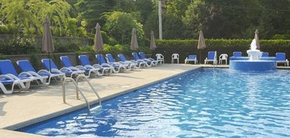 Swimming pool games help teens relax and enjoy a party.