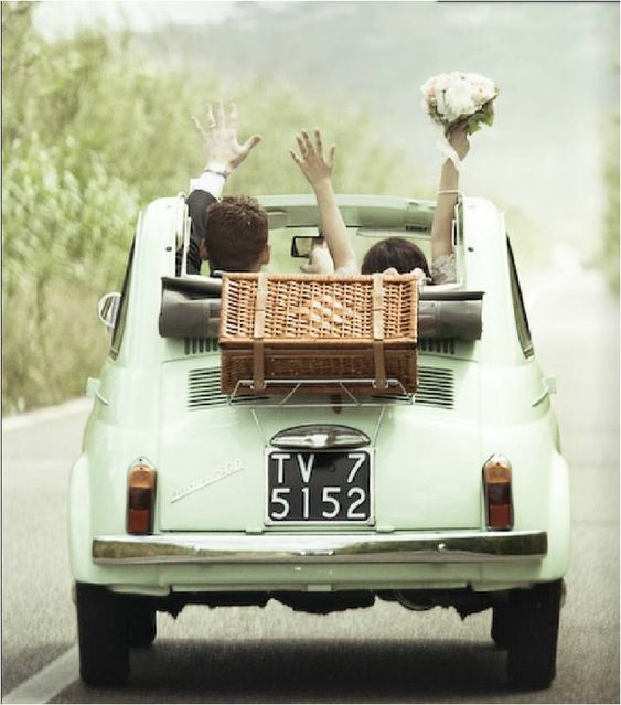Reach your reception venue with a fabulous Italian car Fiat 500! La Monique Eventi, planners of weddings in the best venues & destinations for events of Italy.