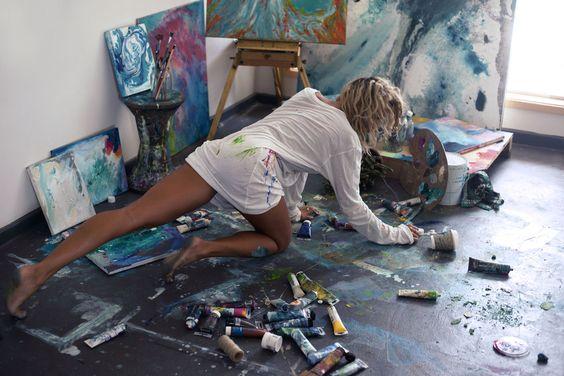 Chica pintando sobre el suelo