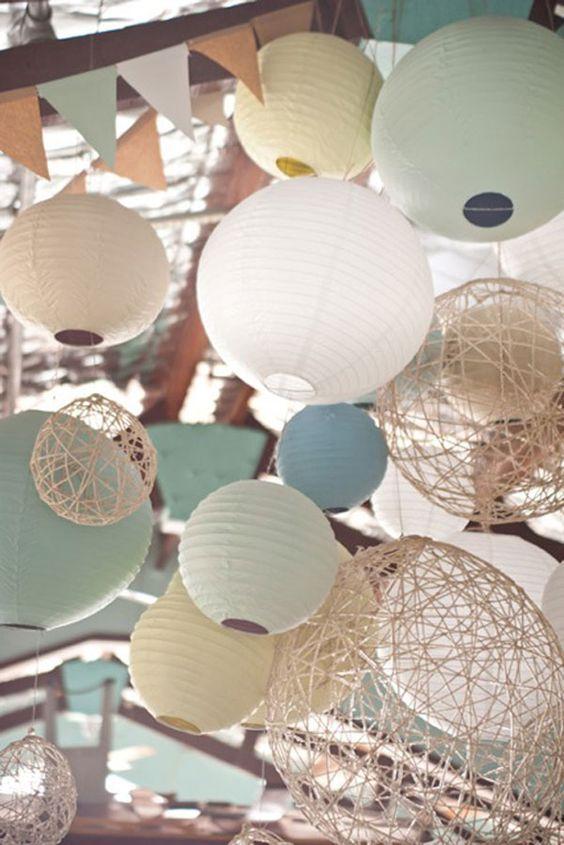 Draps, tentures, guirlandes ou lanternes pour une ambiance végétale, romantique ou vintage, voici 15 façons de décorer le plafond le jour de son mariage ::