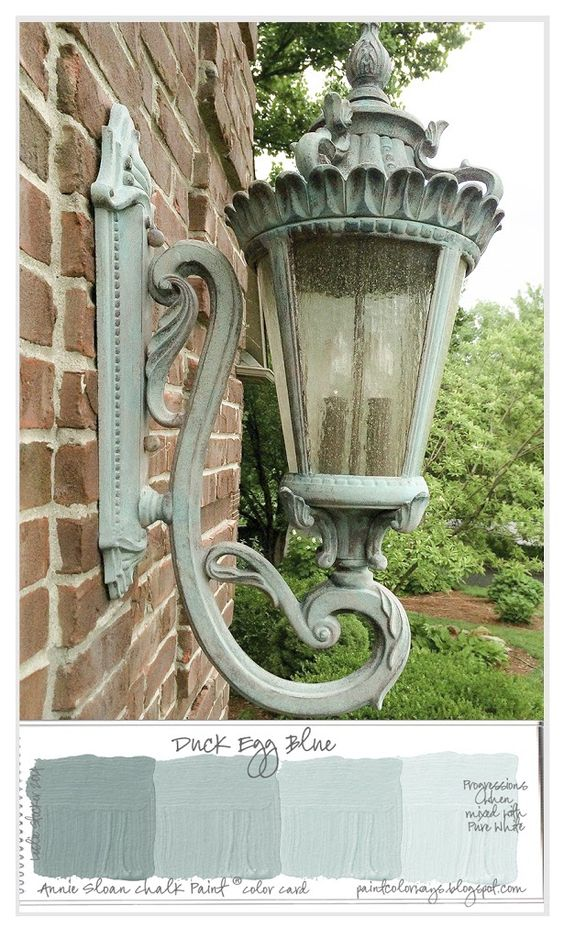 The original finish of this outdoor light when purchased from Horchow several years ago was a dark bronze. #anniesloan #duckeggblue #chalkpaintproject
