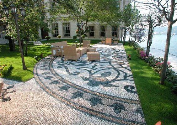 patio contemporaneo impreziosito da un bel mosaico di ciottoli decorativo…