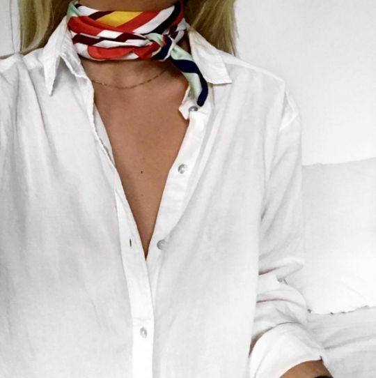 Lenço + camisa branca.