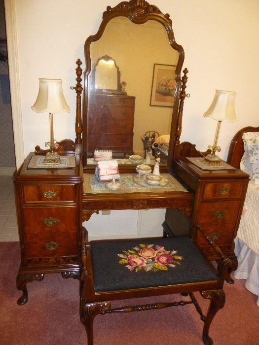 Found On Estatesales Net Antique Vanity Dressing Table And Bench Matching Full Size Bed And Dres Vintage Dressing Tables Modern Bedroom Furniture Furniture