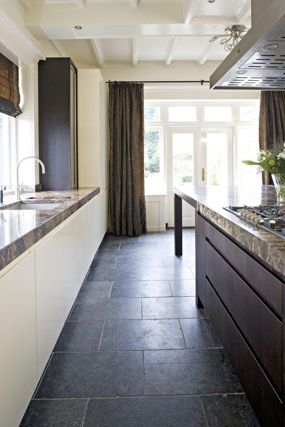 Maatwerk eiken houten keuken met bruin marmeren aanrechtblad ...