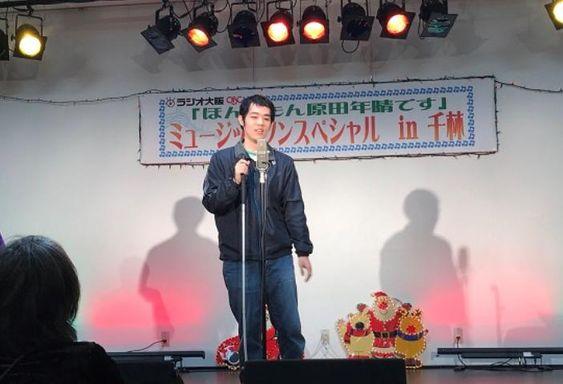 舞台で漫談を披露する濱田祐太郎さん