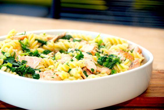 Laks med spinat og pasta i flødesovs (flødestuvet laks)
