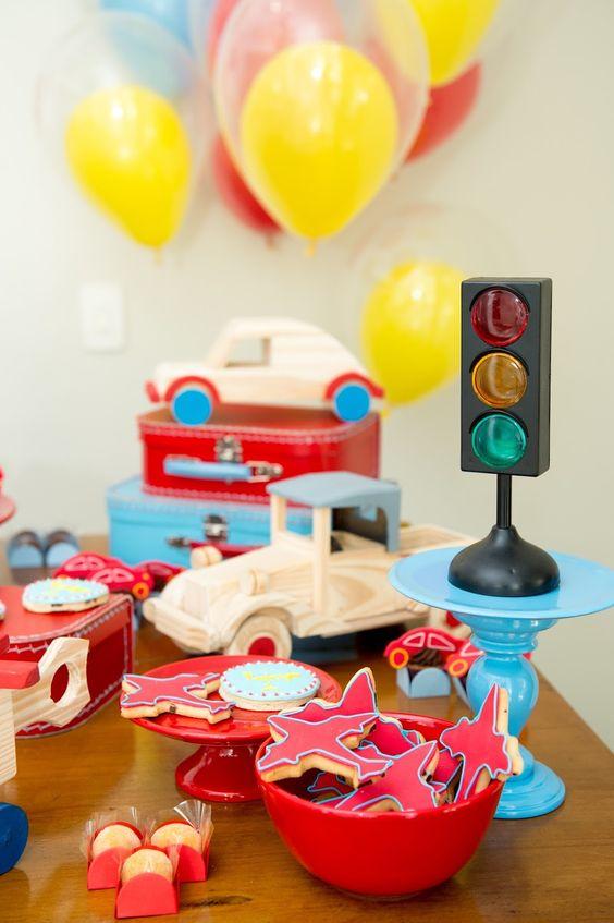 Para comemorar o aniversário de 1 aninho do Rodrigo a mamãe dele escolheu um tema nada convencional: MEIOS DE TRANSPORTES! Tudo em madeira!...