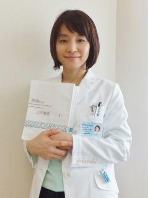 台本を持った白衣姿の石田ゆり子