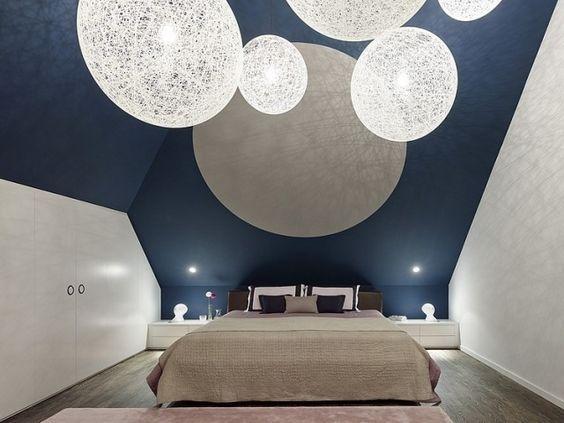 schlafzimmer dachschräge weiß kobaltblau wandfarbe kugel pendelleuchten